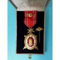 """DOK IV. – Zlatý čestný odznak - IV. stupeň  """"čestný člen"""" 1. třída 1945-49 s meči"""